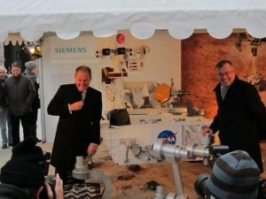 Dr. Wolfgang Heubisch und Dr. Olaf Rathjen vor dem Mars Rover Curiosity Modell