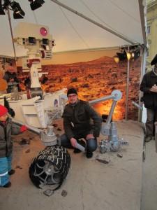 Der Autor vor dem Mars Rover Curiosity