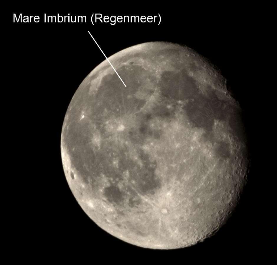 Das Mare Imbrium liegt im Nordwesten der Erde aus sichtbaren Mondoberfläche.